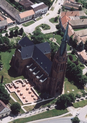Ciszterci-romkert-es-romai-katolikus-templom-Bataszek